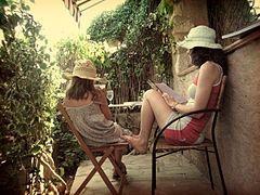 Il relax con un occhio alla moda e ai piccoli piaceri quotidiani